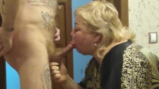 Duci szőke anya tetovált fia szőrös farkát szopja