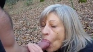 Szőke Nagyit Unokája Az Erdőben Szoptatja És Dugja