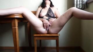 Szexi fekete fehérneműs anya a konyhában maszturbál