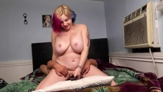 Nagy cicis színes hajú tetovált csaj orálisan szexel
