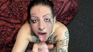 Tetovált tini lány kézimunkázta és szopta a nagy faszt