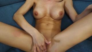 Szexi nagy cicis csaj virágos fürdőruháját levéve masztizik