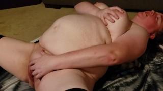 Duci amatőr nagy cicis csaj a hátán fekve masztizott
