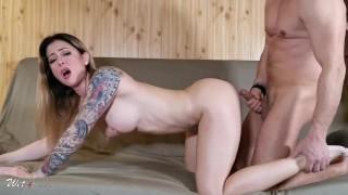 Szexi szőke tetovált anya nagy farkú fiával szexel